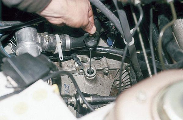 Как проверить уровень масла в механической КПП Лада Гранта